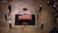 Ish senatori Bob Dole nderon ish presidentin Bush