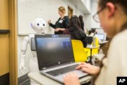 Teknologi baru dalam dekade mendatang diharapkan mengarah pada kemitraan manusia-mesin yang saling memanfaatkan kelebihan masing-masing secara maksimal.