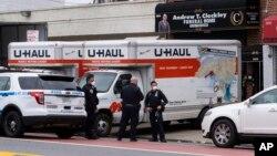 نیویارک کے ایک مردہ خانے کے سامنے بڑی تعداد میں گاڑیاں کھڑی ہیں، جب مہلک وائرس سے شہر میں سب سے زیادہ ہلاکتیں ہوئیں تھیں۔ 29 اپریل 2021