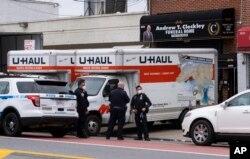 Polisi New York berjaga di Rumah Duka Andrew T. Cleckley di wilayah Brooklyn, New York, 29 April 2020. (Foto: dok). Meningkatnya kasus meninggal akibat COVID-19, membuat layanan rumah duka kewalahan dan harus menyediakan truk-truk berpendingin khusus untuk menyimpan jenazah di luar gedung.