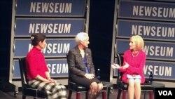 失踪美国记者奥斯丁•泰斯的母亲(中)和遇害美国记者詹姆斯•弗利的母亲(左一)做客华盛顿新闻博物馆。(慕小易拍摄)