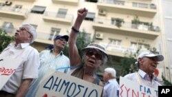 Những người dân Hy Lạp hưởng hưu bổng biểu tình trong thủ đô Athens phản đối các biện pháp kiệm ước