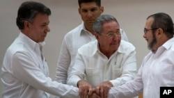 Chủ tịch Cuba Raul Castro (giữa) khuyến khích Tổng thống Colombia Juan Manuel Santos (trái) và thủ lãnh FARC Timoleon Jimenez bắt tay sau khi trở ngại cuối cùng để đạt một thỏa thuận hòa bình đã được khắc phục tại cuộc hội đàm ở Havana, ngày 23/9/2015.