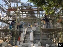Pekerjaan renovasi kompleks Candi Prambanan di Yogyakarta, 29 Juli 2019. (Foto: AP)