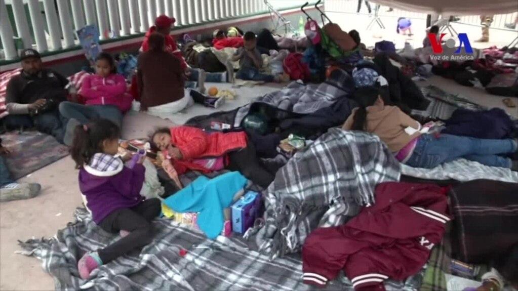 Image result for Solo ocho mujeres y niños integrantes de una caravana de unos 150 inmigrantes centroamericanos pudieron ingresar el lunes a territorio de Estados Unidos para buscar asilo, mientras el resto pasó la segunda noche durmiendo en una plaza pública del lado mexicano.