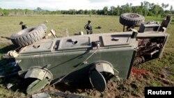 Petugas keamanan Thailand memeriksa lokasi ledakan bom pinggir jalan di propinsi Pattani, Thailand selatan (11/4).