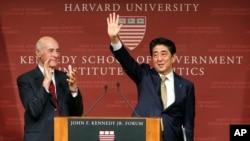 日本首相安倍晉三(右)星期一在哈佛大學發表演講。
