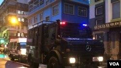 香港警方2019年8月25日出動裝甲車在荃灣進行清場行動。(美國之音 湯惠芸拍攝)