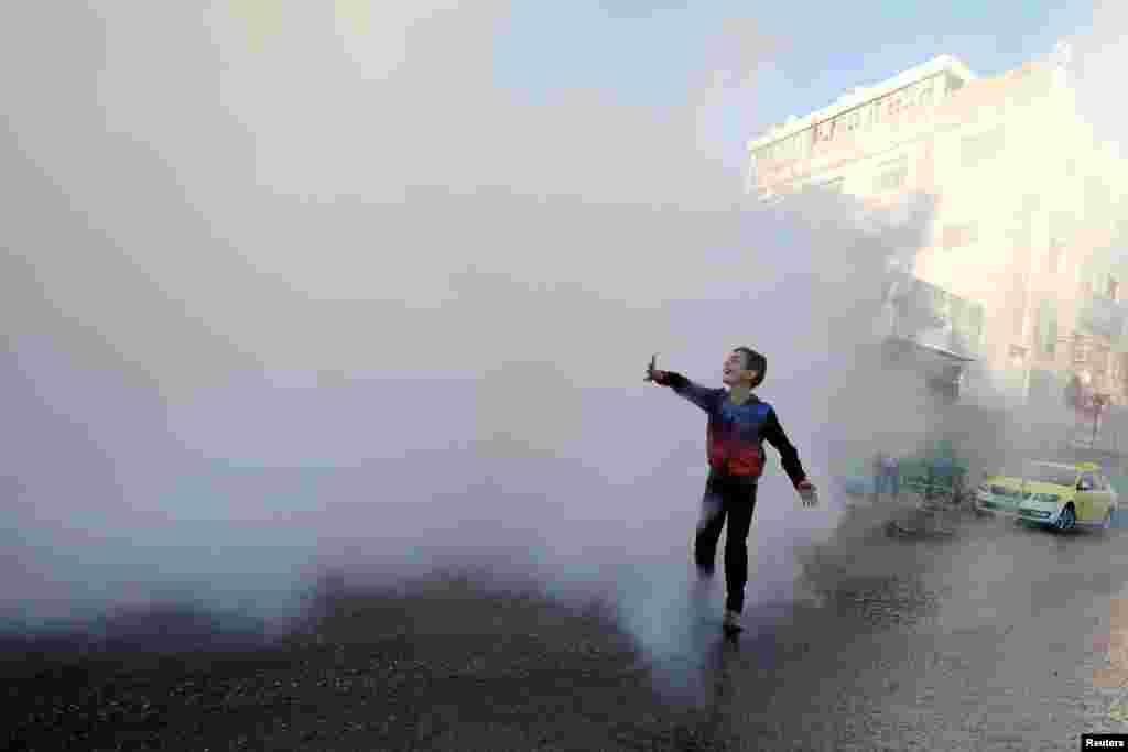 İordan çayının Qərb sahilində Hebronda koronavirus epidemiyasının yayılması ilə əlaqədar dezinfeksiya işləri aparılır.