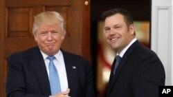 백악관 선거공정위 부위원장인 크리스 코박(오른쪽) 캔자스 주 총무장관이 지난해 뉴저지 트럼프 내셔널 골프클럽에서 도널드 트럼프 당시 대통령 당선인과 회동하고 있다. (자료사진)
