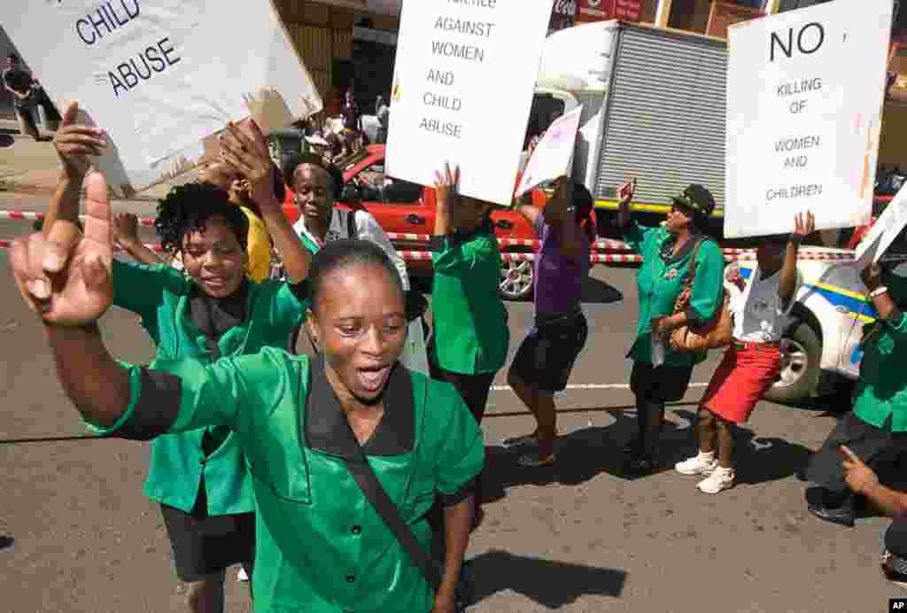 Một nhóm những phụ nữ biểu tình chống việc xâm hại phụ nữ và trẻ em bên ngoài tòa án, nơi Pistorius đang tham dự phiên tòa xét đơn xin tại ngoại ở Pretoria, ngày 19 tháng 2, 2013.
