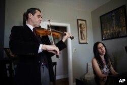 Musisi David Shenton dan istrinya, Erin Shields dalam konser virtual di Queens, New York, 30 Maret 2021. (Foto: dok).