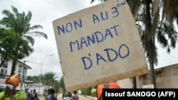 Des partisans de l'opposition tentent de protester contre un troisième mandat du président ivoirien Alassane Ouattara, dans le quartier de Cococdy à Abidjan le 21 août 2020. (Photo by Issouf SANOGO / AFP)