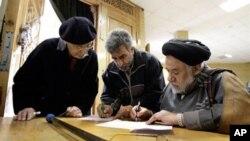 Cử tri Iran điền phiếu bầu