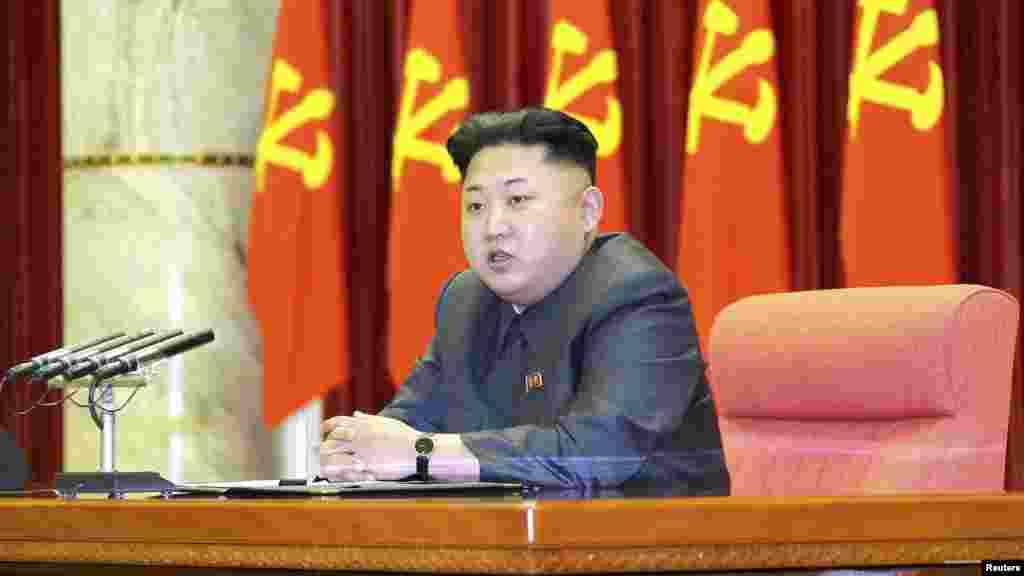 Lãnh tụ Bắc Triều Tiên Kim Jong Un đọc diễn văn trong lễ trao giải thưởng của Đảng và Nhà nước cho các quan chức gương mẫu.