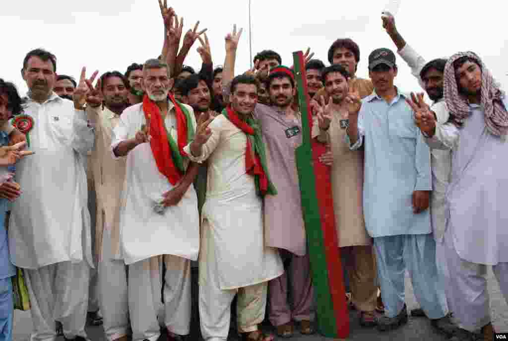 تحریک انصاف کے کارکنوں میں ہر عمر کے افراد موجود ہیں۔
