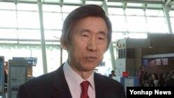 윤병세 한국 외교부 장관이 스위스 제네바에서 열리는 유엔 인권이사회에 참석하기 위해 26일 인천공항을 통해 출국하고 있다.