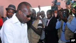 Patrice Talon, élu président du Bénin, vote ici lors du scrutin présidentiel à Cotonou, Bénin, 20 mars 2016