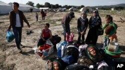 지난달 26일 그리스-마케도니아 국경지역 이도메니의 임시 난민수용소에 머물던 시리아 난민들이 그리스 경찰의 단속으로 숙소를 떠나고 있다. (자료사진)