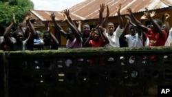Célébration de la fin de la quarantaine liée à Ebola à Massessehbeh, le 14 août 2015 .(AP Photo/Sunday Alamba)