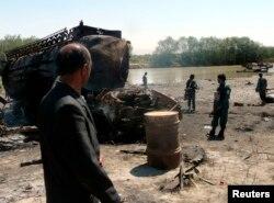 Polisi Afghanistan memeriksa lokasi serangan udara di Kunduz 4 September 2009. (Foto: Reuters)