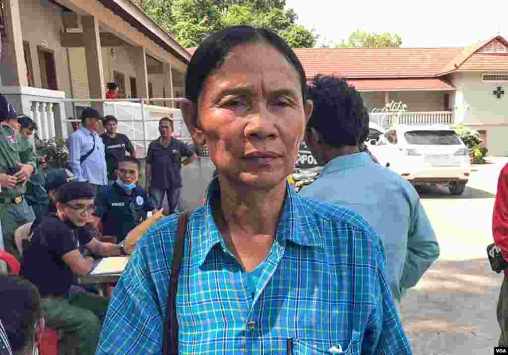 អ្នកស្រី ង៉ា មុំ អាយុ៥៨ឆ្នាំ មកពីខេត្តបាត់ដំបង បានបាត់បង់កូនរបស់អ្នកស្រី ឈ្មោះ ហួង ចាន់ថា អាយុ៣៨ឆ្នាំ និងកូនប្រសារ ដែលបានស្លាប់នៅក្នុងហេតុការណ៍បាក់រលំអគារនេះ, នៅខេត្តព្រះសីហនុ, នៅថ្ងៃទី២៣ ខែមិថុនា ឆ្នាំ២០១៩។ (ស៊ុន ណារិន/ VOA Khmer)