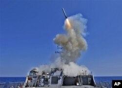 Phi đạn Tomahawk được phóng đi từ tàu khu trục có tên lửa dẫn đường USS Barry. (Ảnh tư liệu). Một trong những công cụ quân đội Mỹ sử dụng để chống lại các phi đạn địa đối không là phi đạn cruise Tomahawk.