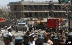 Các giới chức Afghanistan đang kiểm tra bên ngoài đại sứ quán Đức sau vụ nổ ở Kabul ngày 31/5/2017.