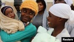 FILE - Banengi abantu abangela ncwadi zokuzalwa lezithupha eBrunapeg esabelweni seMatabeleland South. Abantu laba balakho ukuthi kabasoze bavote kukhetho oluzayo.