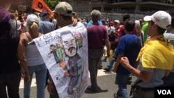 Manifestantes opositores a Maduro, caricaturizaron al presidente de Venezuela en protesta por el manejo que le está dando al país. 1 de abril de 2017. Foto: Álvaro Algarra / VOA.