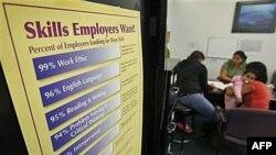 Những người tìm việc làm đang điền đơn tại Trung tâm giới thiệu việc làm ở San Jose, California