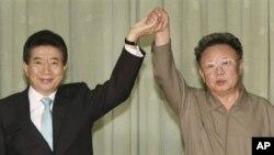 지난 2007년 10월 4일 평양에서 공동 선언을 발표하는 노무현 한국 대통령(왼쪽)과 김정일 북한 국방위원장.