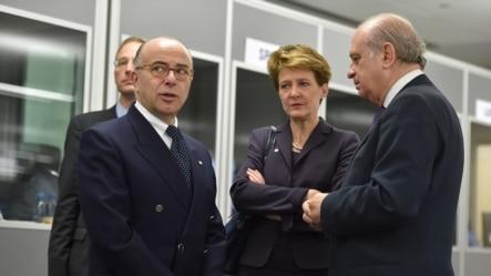 Bộ trưởng Nội vụ Pháp Bernard Cazeneuve (trái), Tổng thống Thụy Sĩ Simonetta Sommaruga và Bộ trưởng Nội vụ Tây Ban Nga Jorge Fernandez Diaz dự cuộc họp của EU ở Riga, 29/1/15