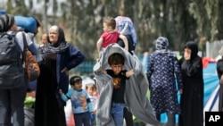 4月7 日,雅典一個港口前的一批移民。