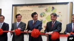 台湾总统马英九(中)跟与会嘉宾为特展剪彩