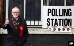 Pemimpin Oposisi Partai Buruh Inggris, Jeremy Corbyn, di depan TPS di Islington, London, Inggris, seusai memberikan suaranya, Kamis, 12 Desember 2019.