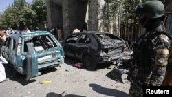 Một thành viên lực lượng an ninh Afghanistan tại hiện trường sau một vụ nổ bom ở tỉnh Herat, ngày 15/8/2012.