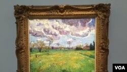 Lukisan Vincent van Gogh's Paysage Sous Un Ciel Mouvementé di pasar lelang Sotheby's, New York, Kamis 5/11. (M. Lamon/VOA)