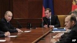 Serokwezîrê niha Vladimir Putin û Serok Dmitry Medvedev li civîneke ewlehîyê xwanê dibin.