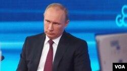 普京在中国访问能让他放松心情。普京在2013年末莫斯科的新闻发布会上。