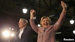 힐러리 클린턴(오른쪽) 미 민주당 대통령 후보가 11일 플로리다주 마이애미 유세에서 앨 고어 전 부통령과 손을 맞잡고 청중에게 인사하고 있다.