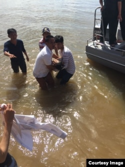 Local authorities take out one of the bodies who died in overloaded tourist boat that sank in Kampot province on Monday, November 14, 2016. (Photo: Kampot Police Commissioner)