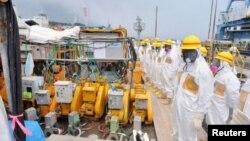 Inspectores examinan el sitio donde se construyó la barrera en la planta de Fukushima que está dejando escapar agua radiactiva.