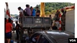 Người dân tụ tập tại trạm thu phí Hòa Bình - Hòa Lạc. (Hình: Trích xuất từ Zing.vn / Hồng Quang)