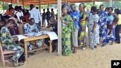 Eleitores afluindo as urnas (Arquivo)