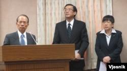 台湾外交部次长侯清山(左一)5月9号在立法院接受质询(VOA 美国之音张永泰拍摄)