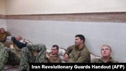 伊朗革命卫队网站与公关部门2016年1月13日发布的美国水兵被伊朗革命卫队拘留期间的照片。(2016年1月13日)