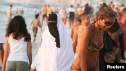 Một người phụ nữ mặc niqab trên 1 bãi biển ở thành phố Alexandria vùng Địa Trung Hải, 7/8/2009