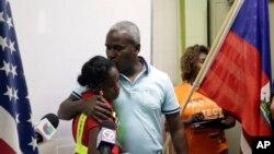 Rony Ponthieux ki t ap bay pititfi li yon bo aprè yo tou le 2 te fin pale an favè renouvèlman TPS pou imigran Amerik Santral ak Ayiti nan yon konferans nan Miami. Dat: 6 novanm 2017. (Foto: AP/Lynne Sladky).