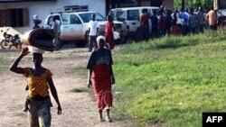 Người tỵ nạn Côte d'Ivoire tại làng Loguatuo ở Liberia. Khoảng 3700 người đã chạy sang Liberia kể từ đầu tháng 12 năm 2010